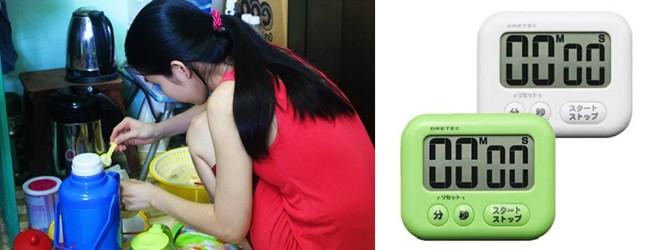 Mẹ Việt đo nhiệt độ nước cho con bằng cảm quan