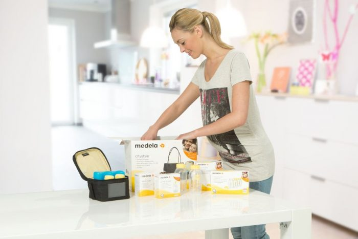woman-with-medela-products-and-accessories.jpg.2016-04-04-16-02-07